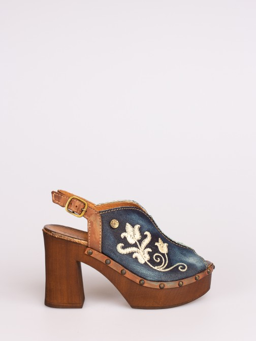 Sandália em Tecido com Bordados